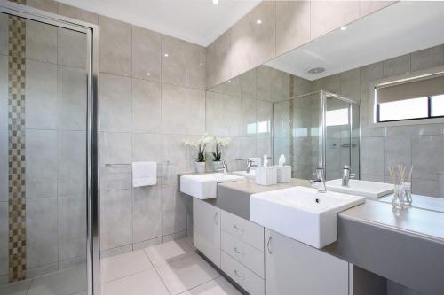 A bathroom at Cypress Townhouse 21 - Mulwala