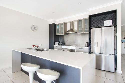 A kitchen or kitchenette at Cypress Townhouse 17 - Mulwala