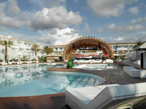 Der Swimmingpool an oder in der Nähe von Ushuaia Ibiza Beach Hotel - Adults Only
