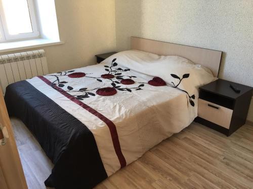 Кровать или кровати в номере Apartments on Kamennoostrovskiy pr 9