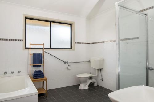 A bathroom at Le Grand Armidale - NSW
