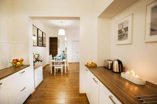 A kitchen or kitchenette at Monte Cassino Apartments