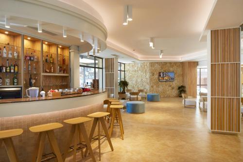 De lounge of bar bij Hotel Nobel - Beach Access