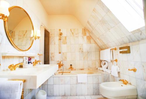 A bathroom at Hotel Eisenhut