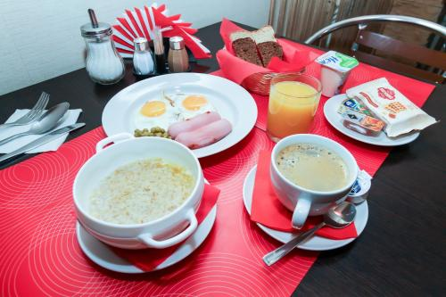 Breakfast options available to guests at Avenu Hotel