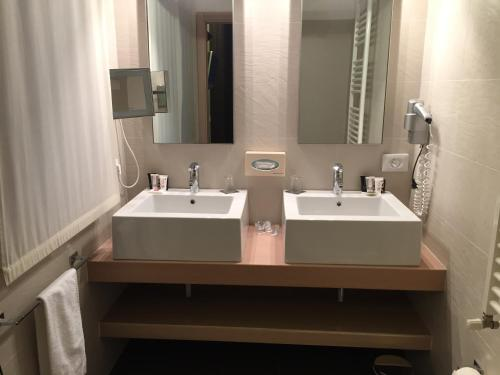 A bathroom at Card International Hotel