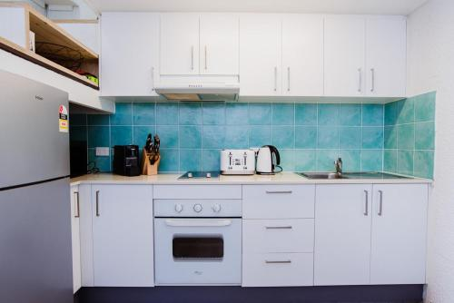 A kitchen or kitchenette at IGLU BY THE SEA 6 Beachfront Trinity Beach Sleep 6
