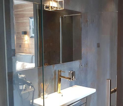 A bathroom at Zajazd Karczma Zagłoba
