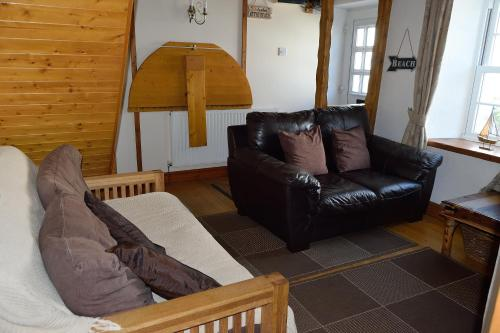 A seating area at Engellie Cottage