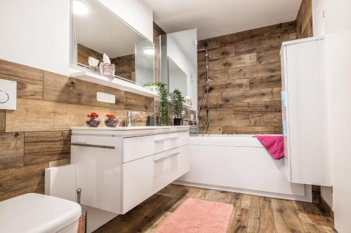 A bathroom at Moderne Souterrain-Wohnung