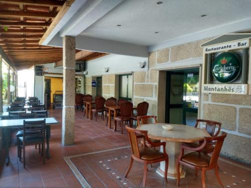 Um restaurante ou outro lugar para comer em Residencial Montanhês
