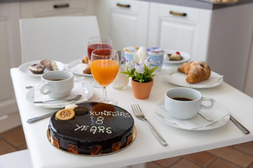 Breakfast options available to guests at Kunesias B&B