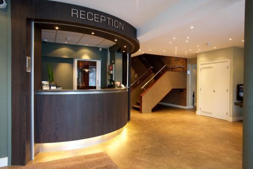 De lobby of receptie bij Hotel Arrows