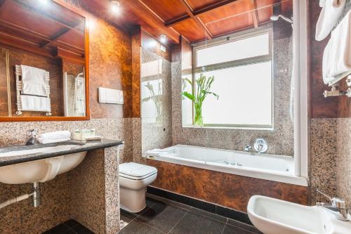 A bathroom at Hotel Galles