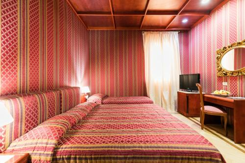 A bed or beds in a room at Hotel Galles