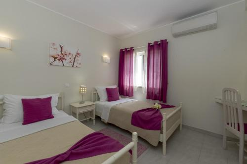 A bed or beds in a room at Rocha Brava Village Resort