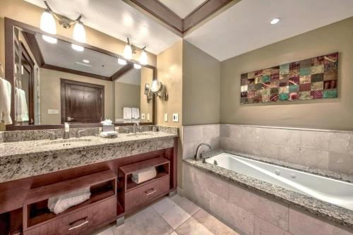 A bathroom at Constellation Residences
