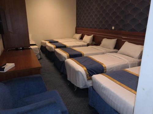 سرير أو أسرّة في غرفة في فندق مودة النور