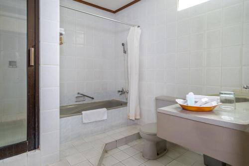 A bathroom at Inna Bali Heritage Hotel