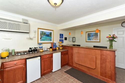 A kitchen or kitchenette at Americas Best Value Inn - Bradenton