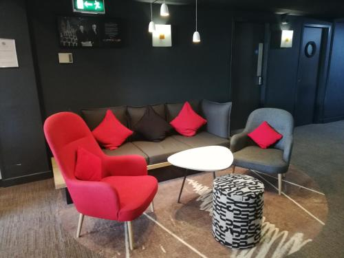 A seating area at ibis Birmingham Bordesley