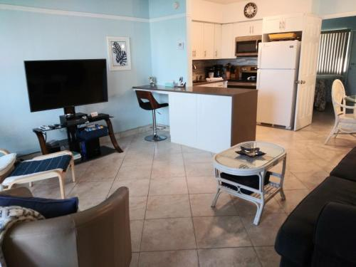 A kitchen or kitchenette at Aqua Mar Condos
