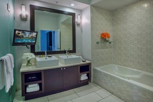 Ett badrum på Provident Doral At The Blue