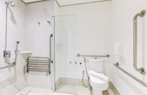 Um banheiro em Hampton by Hilton Guarulhos Airport