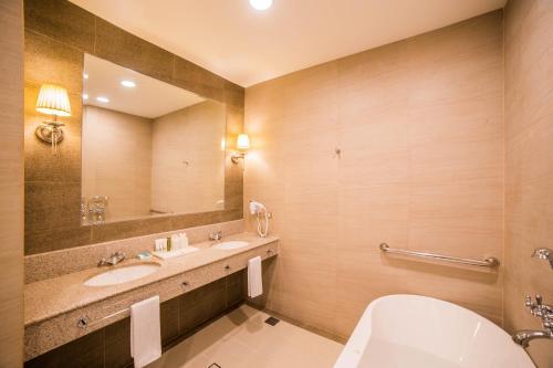 A bathroom at Rizal Park Hotel