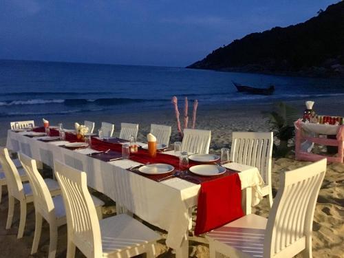 A restaurant or other place to eat at Pariya Resort & Villas Haad Yuan Koh Phangan