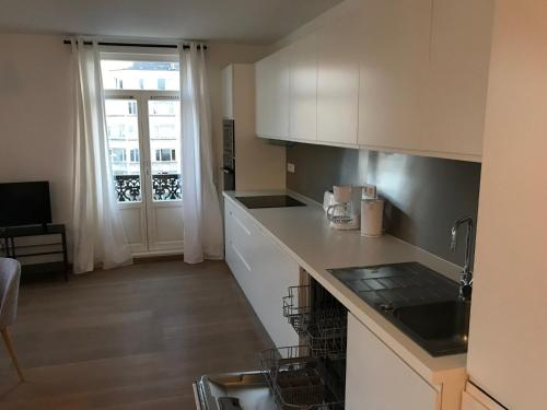 A kitchen or kitchenette at The Panoramic Brussels