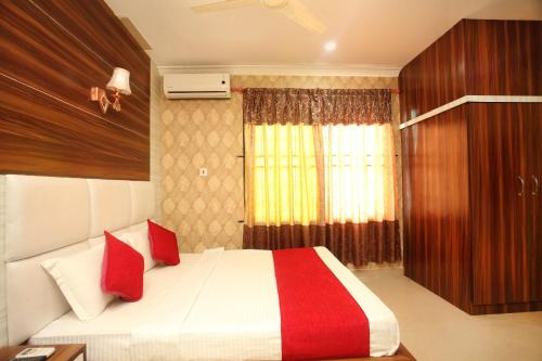 A bed or beds in a room at OYO 366 Hotel Anmol