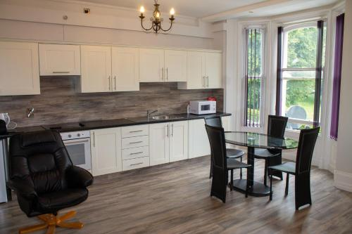 A kitchen or kitchenette at Crawford Apartments