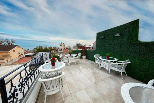 A balcony or terrace at Albinas Hotel Old City