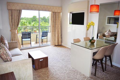 Uma área de estar em The Point Hotel & Suites Universal