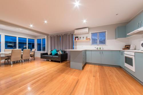 A kitchen or kitchenette at Norm's Beach House - Airlie Beach