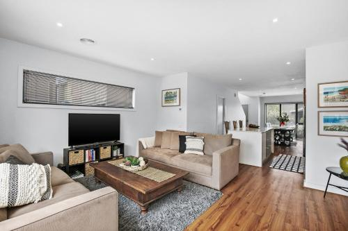 A seating area at Gorgeous 2 Bedroom Townhouse