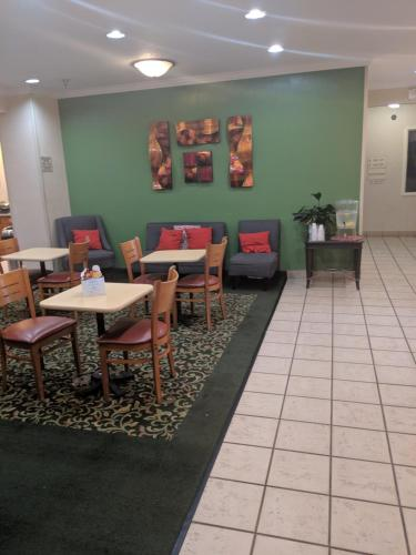 A restaurant or other place to eat at AmericInn by Wyndham Davenport