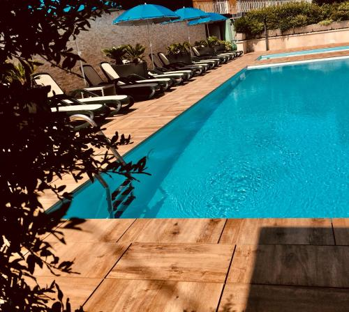 Der Swimmingpool an oder in der Nähe von Green Park Hotel