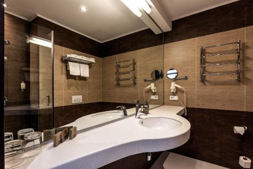 A bathroom at Rius Hotel