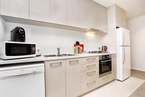A kitchen or kitchenette at StayCentral on Lonsdale