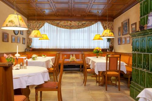 Ein Restaurant oder anderes Speiselokal in der Unterkunft Hotel Wilder Mann