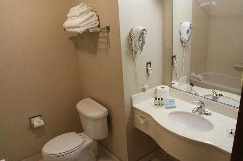 A bathroom at Humphry Inn and Suites