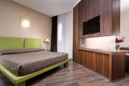A bed or beds in a room at Hotel Isola Sacra Rome Airport