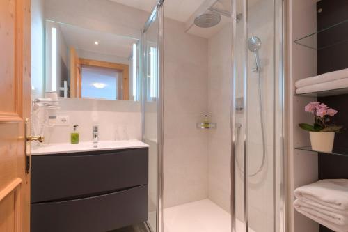 A bathroom at Hotel Traube