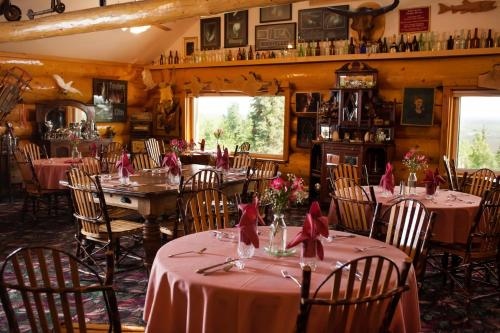 A restaurant or other place to eat at A Taste of Alaska Lodge
