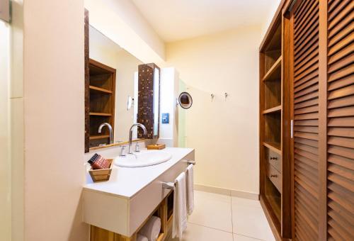 A bathroom at Tivoli Ecoresort Praia do Forte