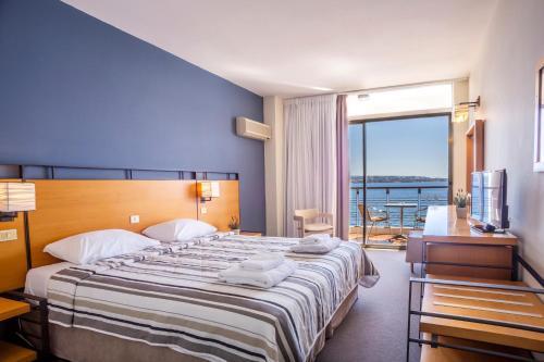 Un pat sau paturi într-o cameră la Spetses Hotel