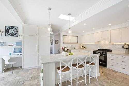 A kitchen or kitchenette at Hamptons Beach House in Curl Curl