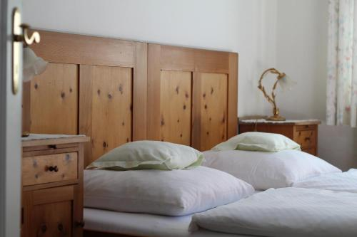 A bed or beds in a room at Villa Waldfrieden - Ferienwohnungen und -Haus